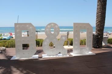Letras grandes de madera con luz en Marbella, Malaga